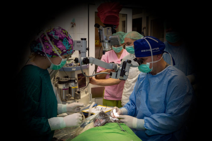 Csapatmunka. A szemműtétek nagy személyzetet és bonyolult felszereltséget igényelnek.